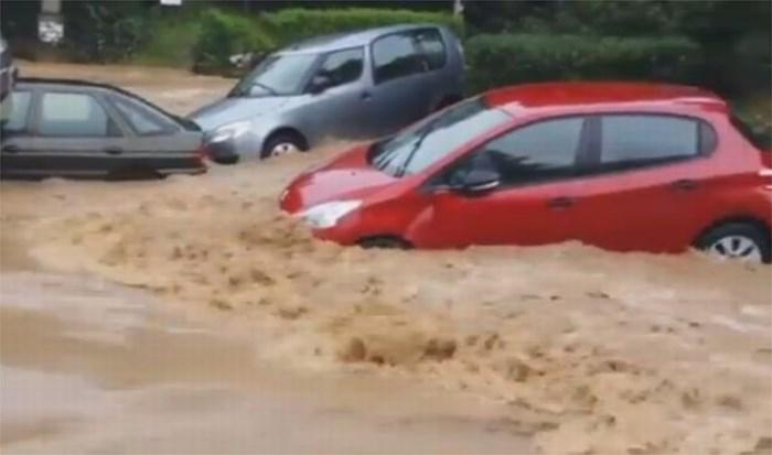 Water sleurt auto's mee (video)