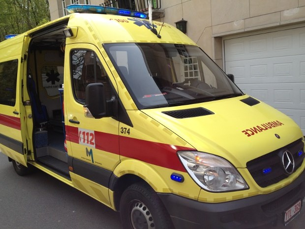Bromfietser zwaargewond na frontale botsing met auto