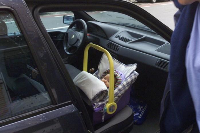Politie redt baby die achtergelaten werd in snikhete auto