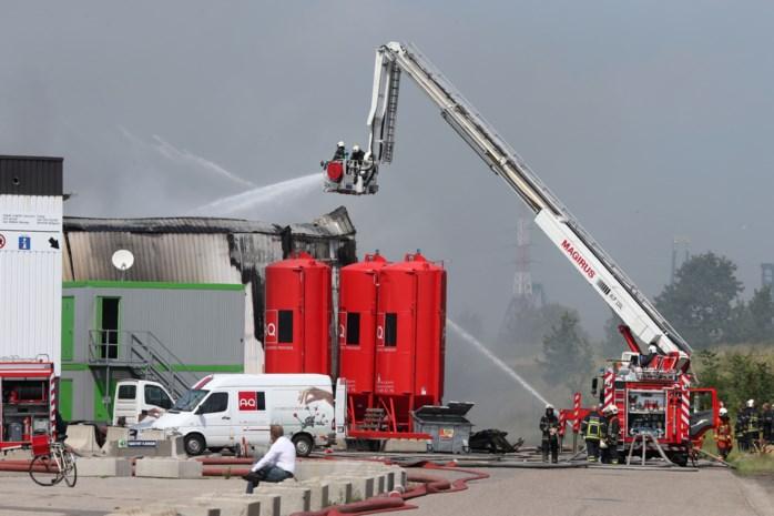 Torenhoge rookpluim bij magazijnbrand in haven