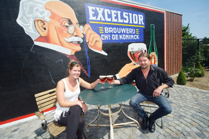 Café de Tramstatie toont muurschildering