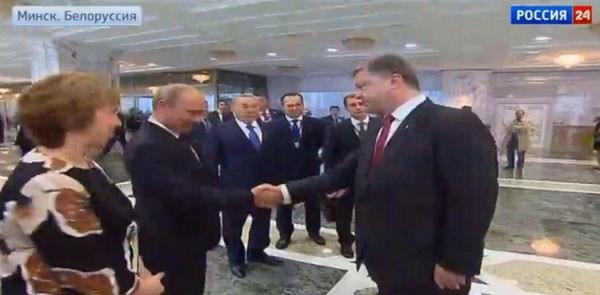 Poetin schudt Porosjenko de hand in Minsk