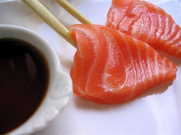 Man vol wormen na eten van sushi
