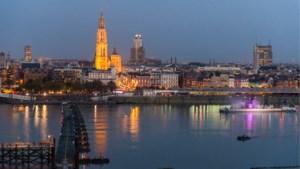 IN BEELD. Pontonbrug geopend met lichtspektakel