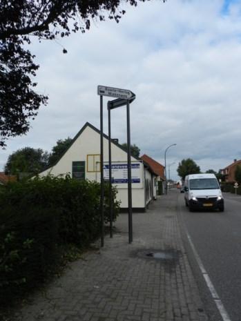 Wegwijzer op grote hoogte in Baarle