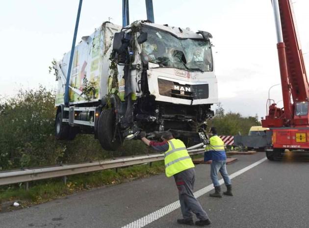 Vrachtwagen tuimelt in gracht naast E17