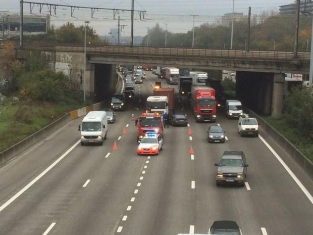 Twee rijstroken tijdlang versperd na aanrijding tussen auto en vrachtwagen