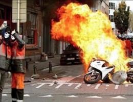 Mannen die politiemotor in brand steken nemen 'relfie'