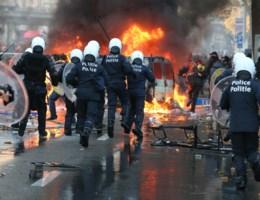 Onderzoek naar verbod aan politie om collega's in nood tijdens betoging te helpen