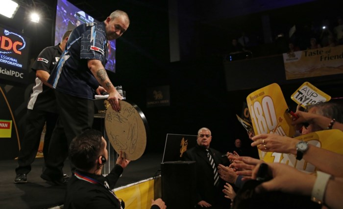 Titelverdediger Phil Taylor vlot naar finale in Grand Slam of Darts