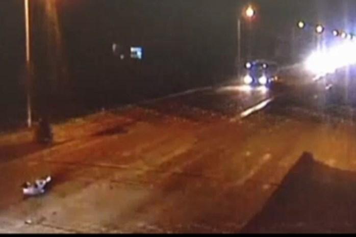 Video: man drie keer overreden door auto, overleeft toch