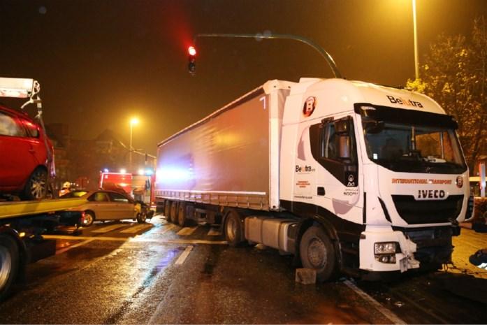 Vrachtwagen rijdt in op zes tegenliggers