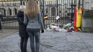IN BEELD. Eerste rouwenden aan Koninklijk Paleis
