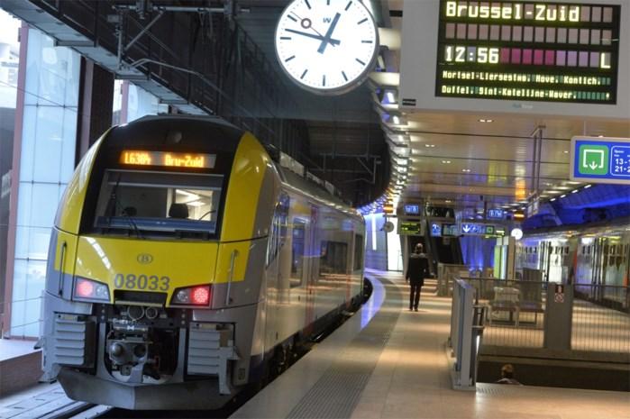 Helft van de treinen rijdt niet, 350 kilometer file op de weg