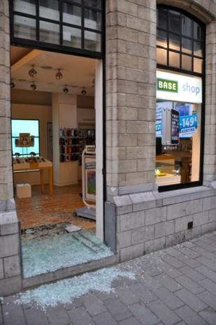 Luidruchtige gangsters plegen ramkraak op Base Shop