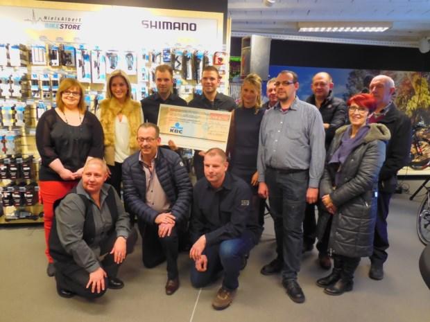 Supporters Niels Albert geven cheque voor Rune