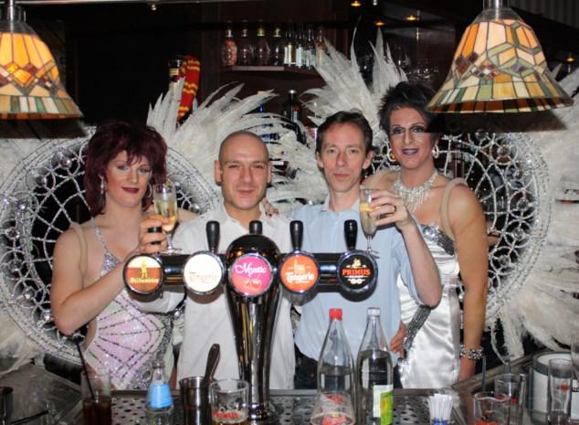 Café Den Hoek viert verjaardag met travestietenshow