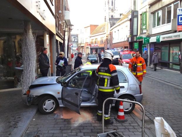 Auto smakt tegen twee winkels