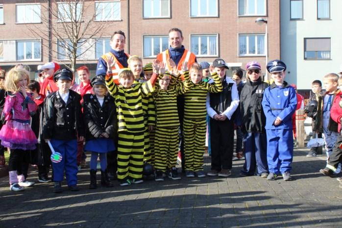 Leerlingen De Sleutelbloem vieren carnaval met senioren