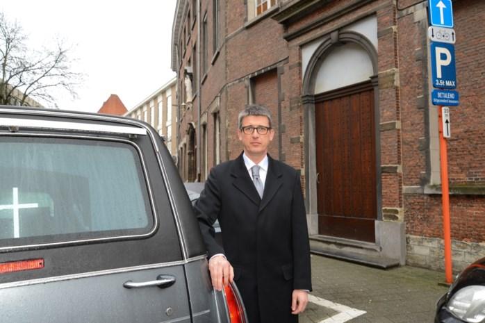 Parkeerboete voor lijkwagen aan kapel