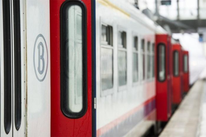 Passagiers meer dan twee uur vast in trein na aanrijding