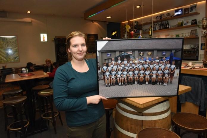 Vicky Braspenning verwelkomt fietsers in Café 't Centrum
