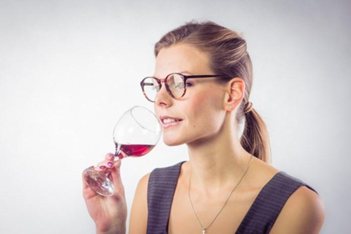 Waarom één glas wijn je aantrekkelijker maakt