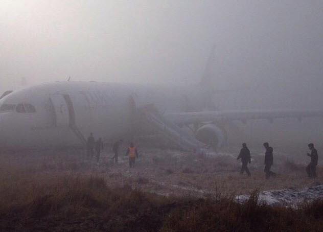 Vliegtuig crasht naast landingsbaan