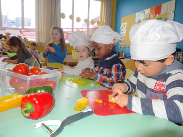 Kleuters koken en eten spaghetti