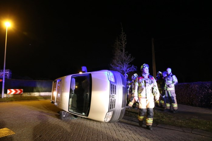 Bestelwagen maakt crash in Kerkstraat