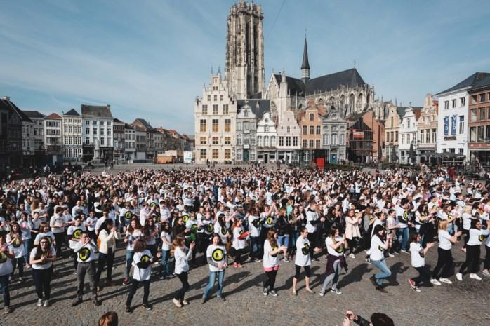 1000 jongeren doen flashmob voor Busleyden Atheneum