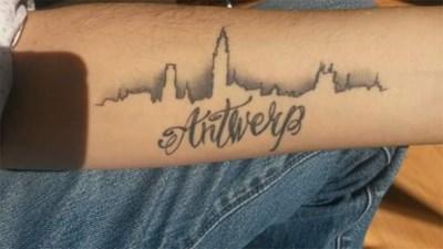 Man Laat Tattoo Van Antwerpse Skyline Zetten Deurne