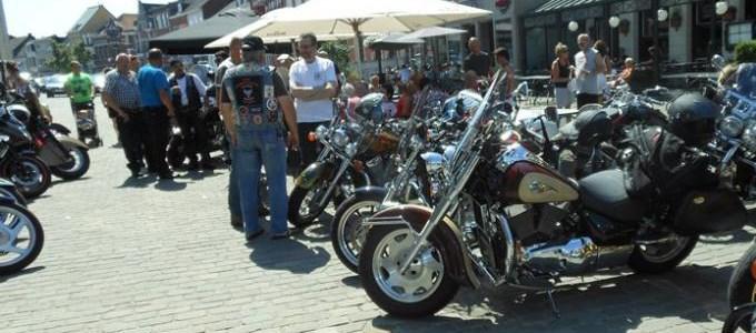 Motorclub 2 Nowhere rijdt voor het Gielsbos