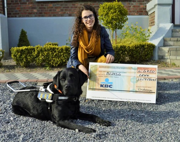 Jora (18) bedankt voor blindegeleidehond met inzameling