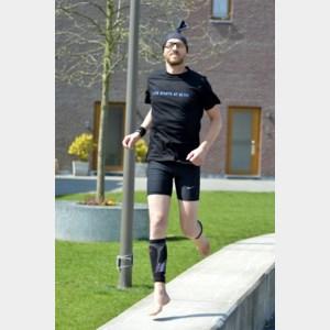 Blote-voetenloper loopt marathon voor zijn zoon