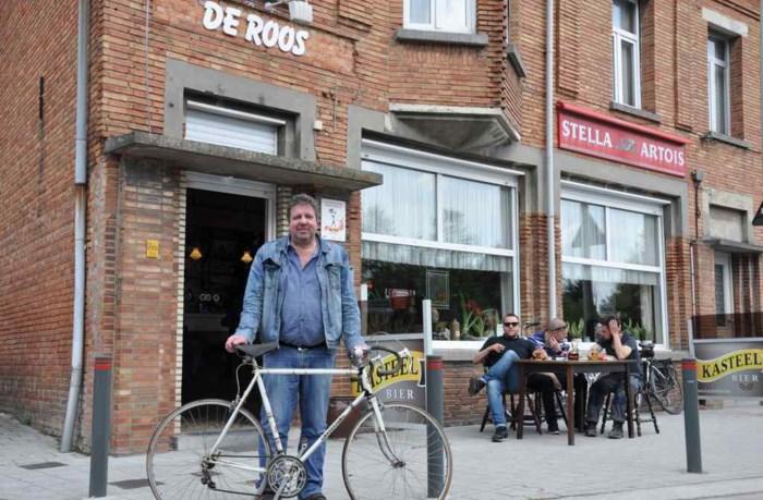 Nieuwe wielerwedstrijd rijdt recht door café