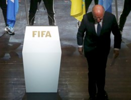 Blatter stapt op als FIFA-voorzitter:'Niet de steun van hele voetbalwereld'