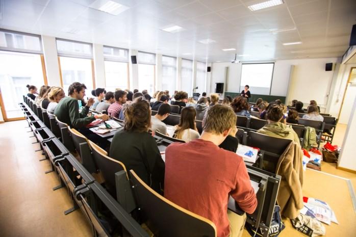 Helft studenten haakt af tijdens lerarenopleiding
