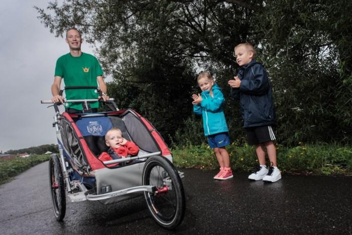 Koen (38) loopt Dwars Door Mechelen drie keer met kinderwagen