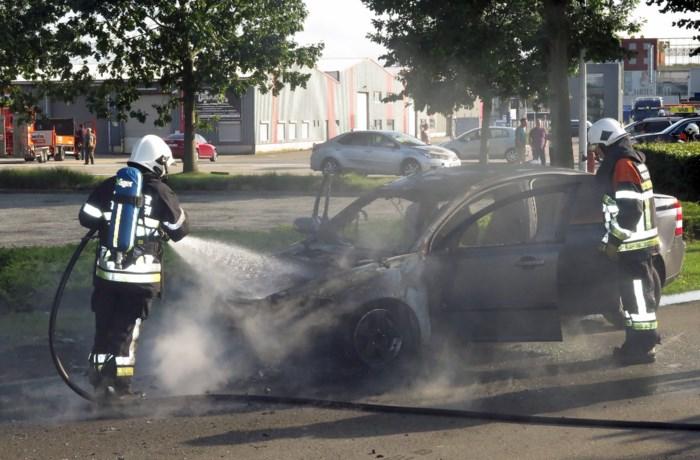 Auto brandt uit aan Toekomstlaan
