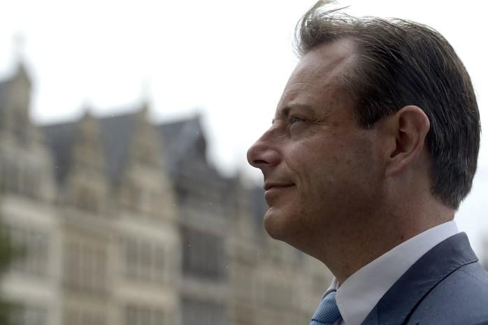 """""""Door zo kort door de bocht te gaan, oogst De Wever wat hij gezaaid heeft: emotionele uithalen en keiharde afwijzingen"""""""