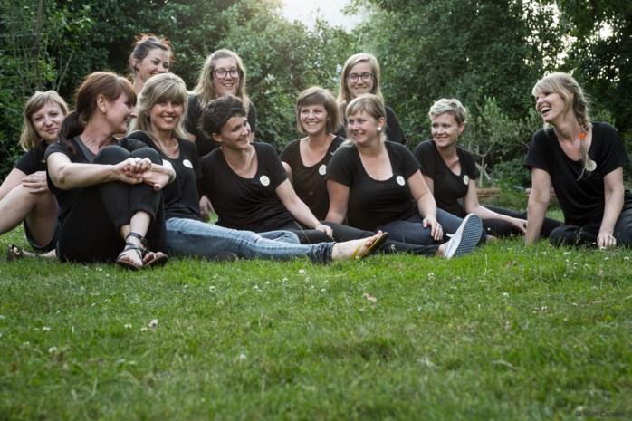 Vriendinnen verkopen azalea's voor Kom op tegen Kanker