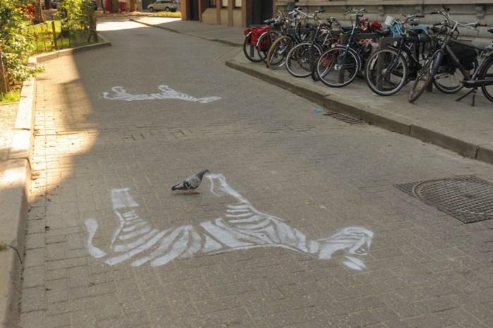 Ouders spuiten zebra's aan schoolpoort