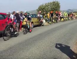 Bekijk hier hoe Cavendish tegen geparkeerde auto knalt