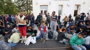 Treinstation aan grens Kroatië overspoeld door duizenden vluchtelingen