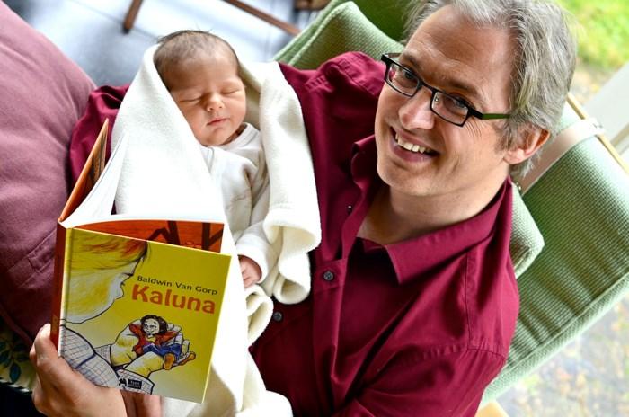 Vader schrijft boek voor pasgeboren dochter