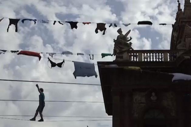 VIDEO. Waarom deze mannen op waslijnen boven Italiaanse straten lopen