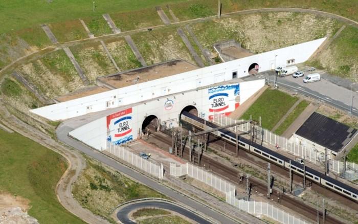 Zeventienjarige vluchteling zwaargewond na sprong op trein in Calais