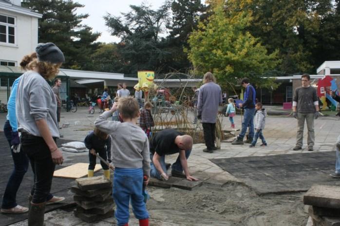 Ouders maken zelf groene speelplaats