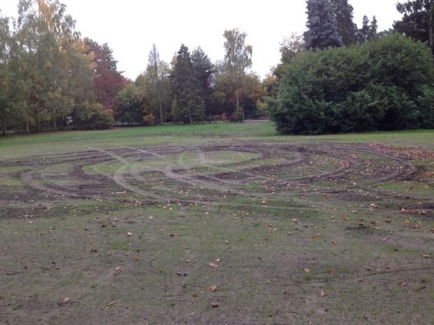 Vandalen vernielen grasveld school